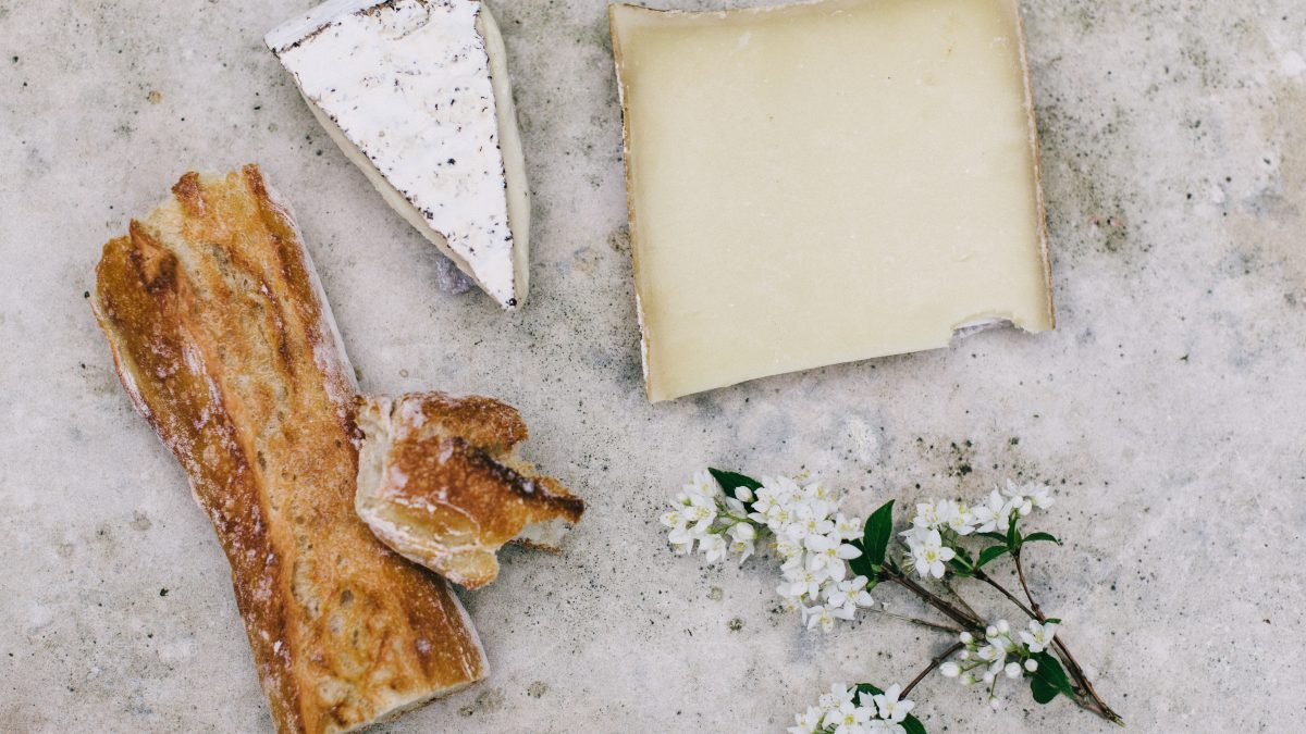 在法國,不能好心地幫大家先切好乳酪喔 !